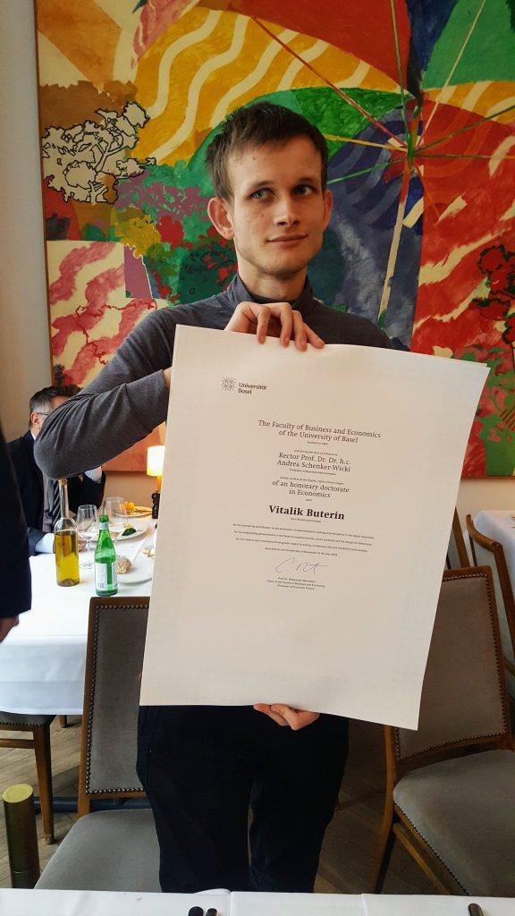 """Vitalik Buterin """"khoe"""" bằng Tiến sĩ Kinh tế danh dự của Đại học Basel"""