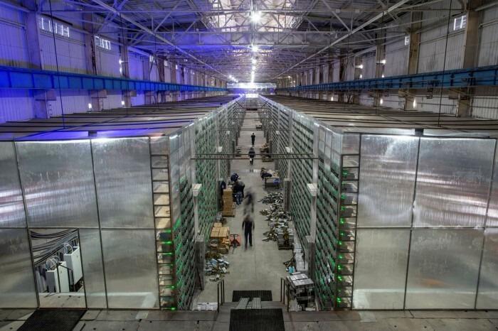 Một trại khai thác Bitcoin mới được lắp đặt tại Nga. Ảnh: Blommberg.