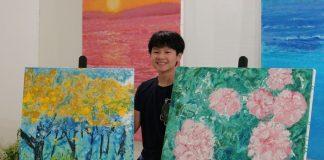 Xèo Chu tên thật là Phó Vạn An, sinh năm 2007. Theo Reuters, Chu có thể được so sánh với danh họa người Mỹ Jackson Pollock, một tên tuổi trong trường phái trừu tượng thập niên 1940 - 1950.